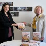 Verena Scharf und Martina Lasser präsentieren das Kochbuch